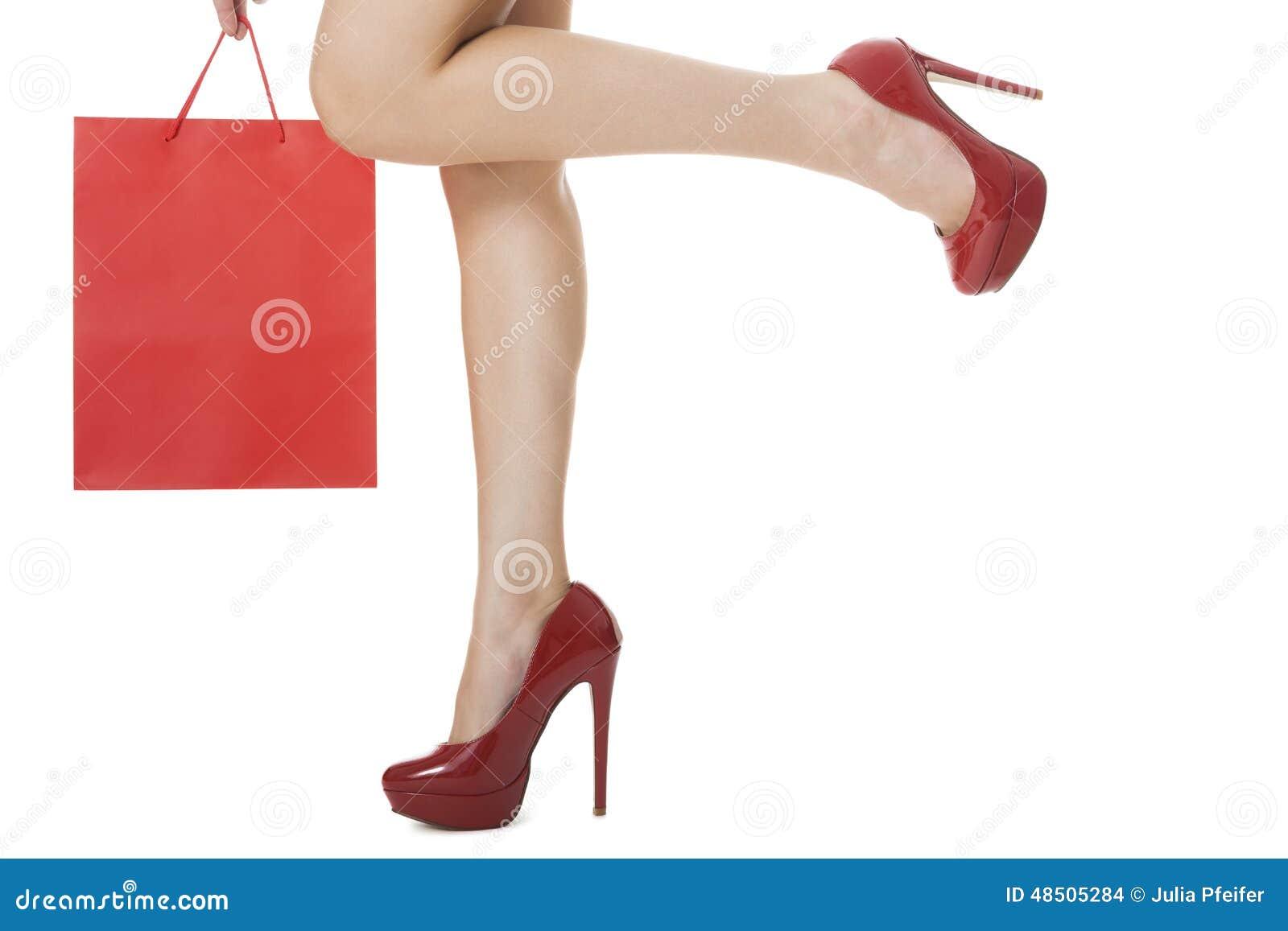 a9fc8943 Piernas sin defectos de la mujer en zapatos rojos elegantes del tacón alto