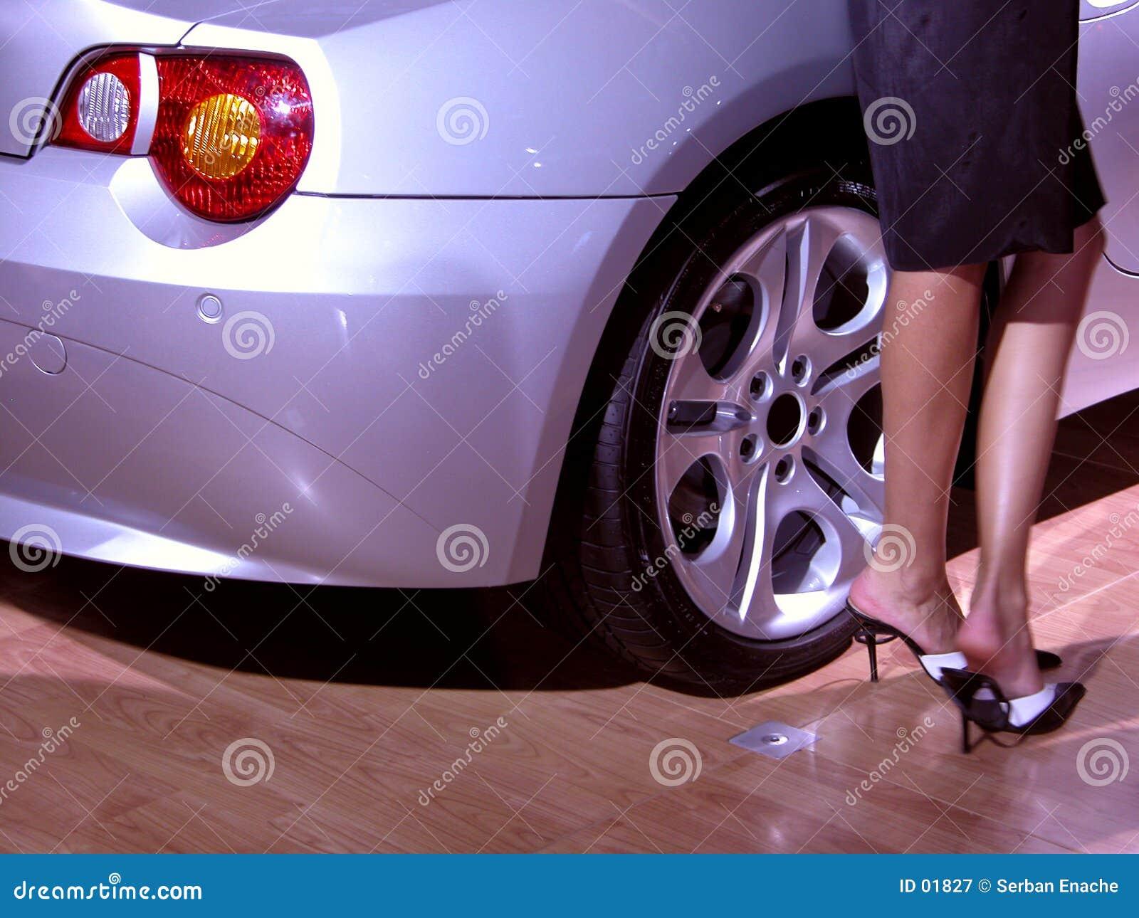 Piernas y coche atractivos