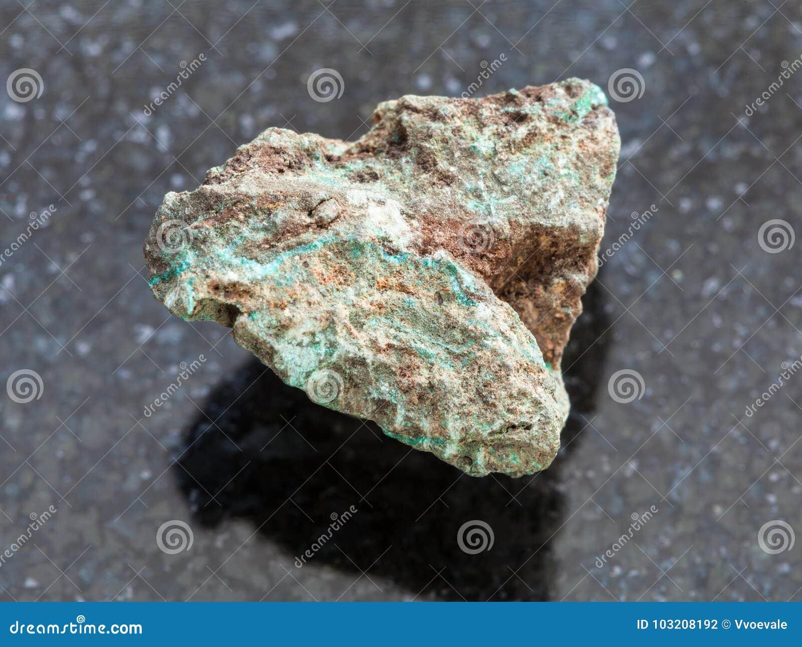 Pierre crue de malachite (minerai de cuivre) sur l obscurité