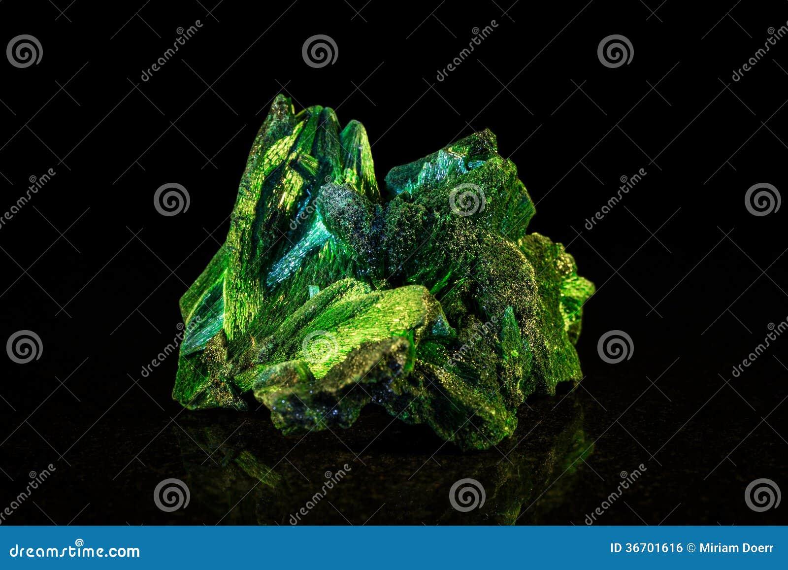 Pierre minérale de malachite devant le noir