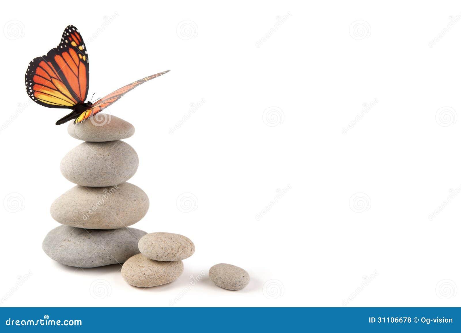Pierres équilibrées avec le papillon