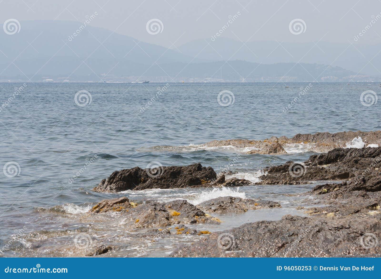 Pierres dans la vague déferlante