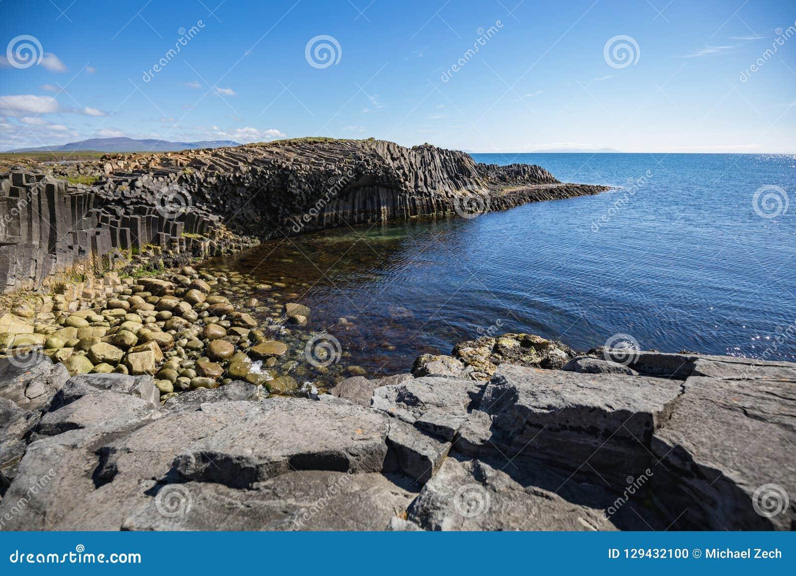 Pierres de basalte dans différentes couleurs sur le kalfshamarsvik