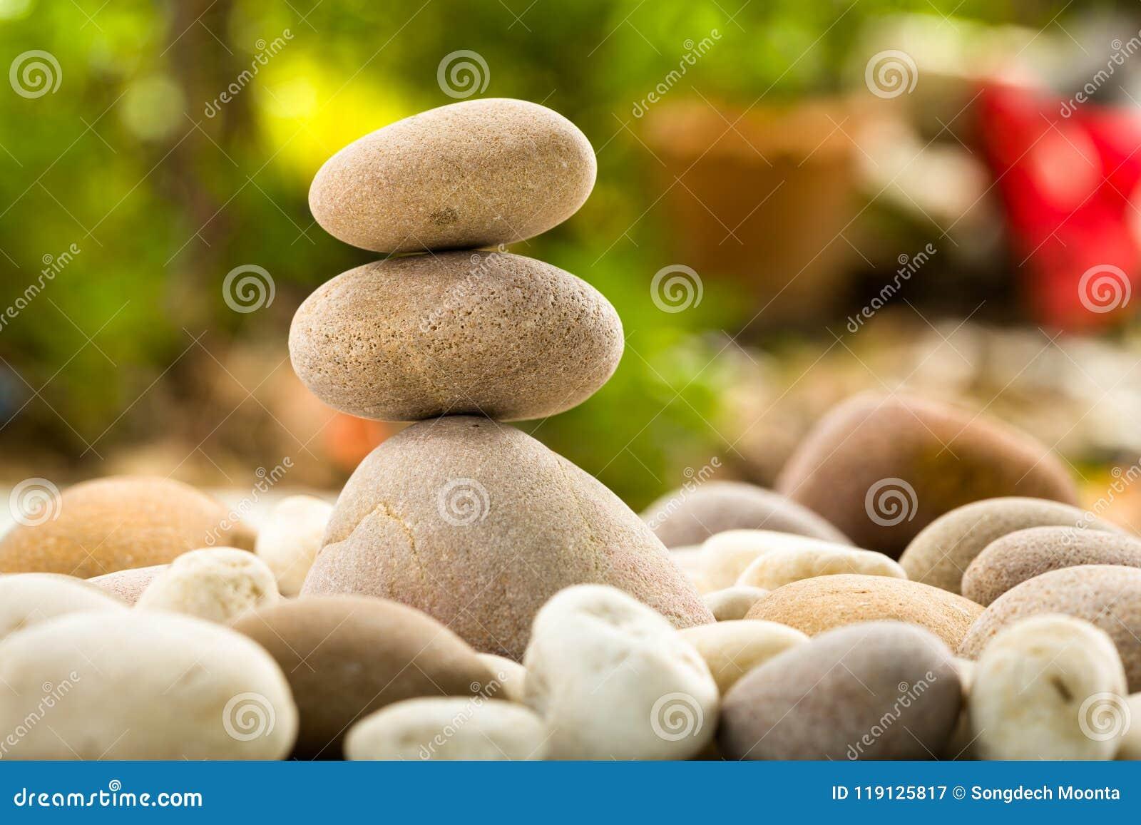 Pierres empilées par zen sur le fond de nature