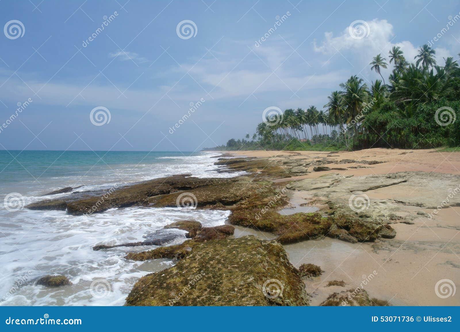 Pierres sur la plage idyllique dans Sri Lanka