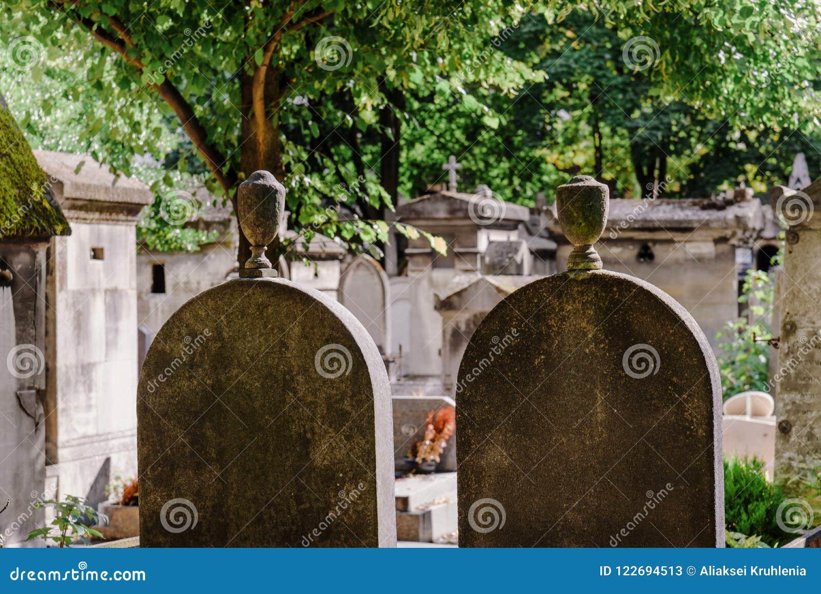 Pierres tombales de cimetière de Montmartre à Paris