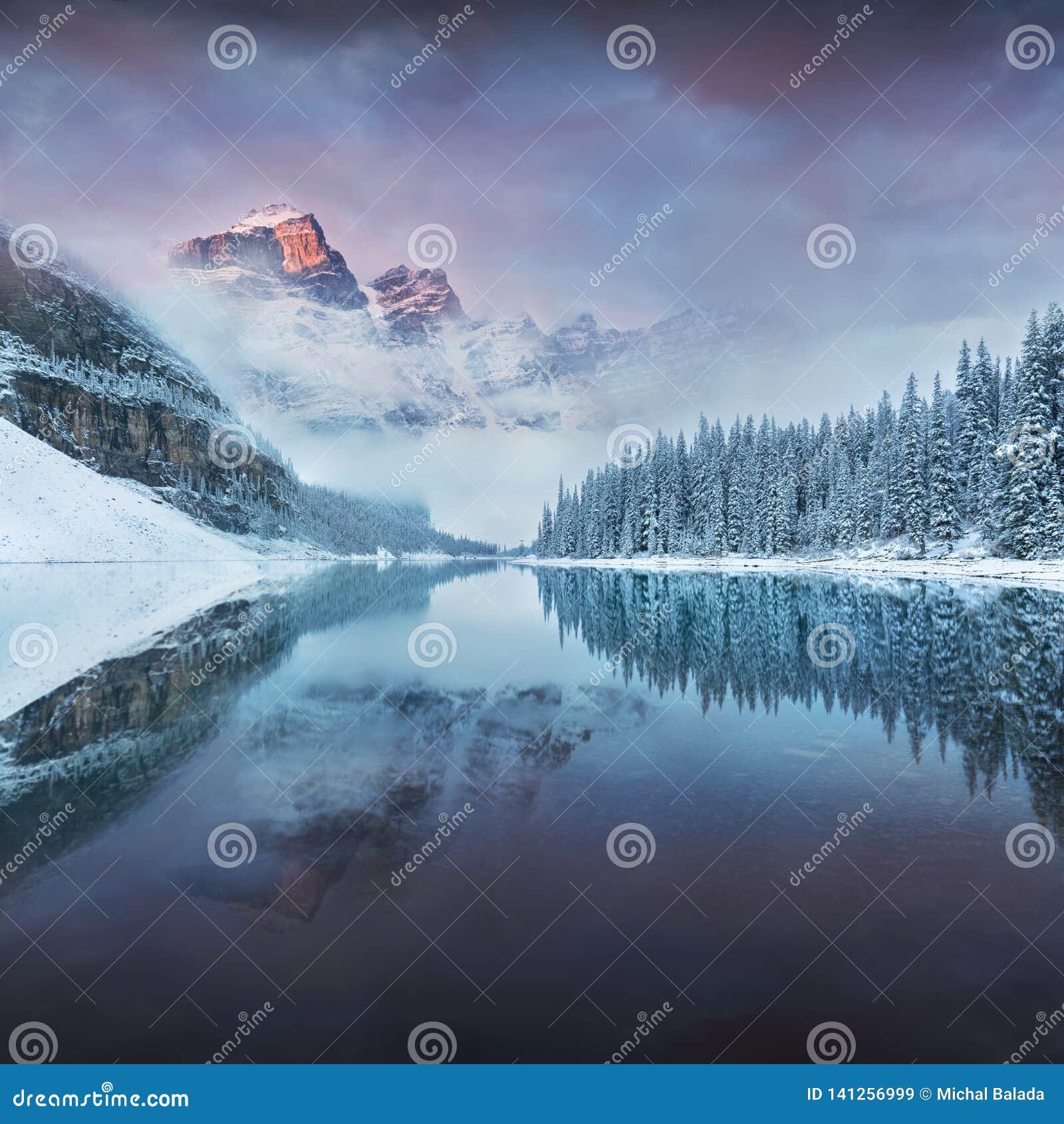 Pierwszy śnieżny ranek przy Morena jeziorem w Banff parku narodowym Alberta Kanada Śnieżystej zimy halny jezioro w zimy atmosferz