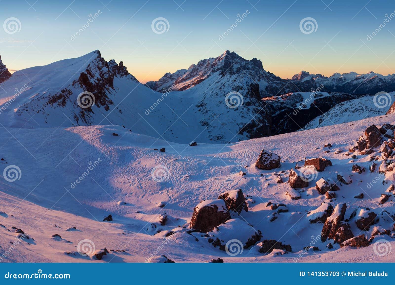 Pierwszy śnieg w Alps Fantastyczny wschód słońca w dolomit górach, Południowy Tyrol, Włochy w zimie Włoscy wysokogórscy panorama