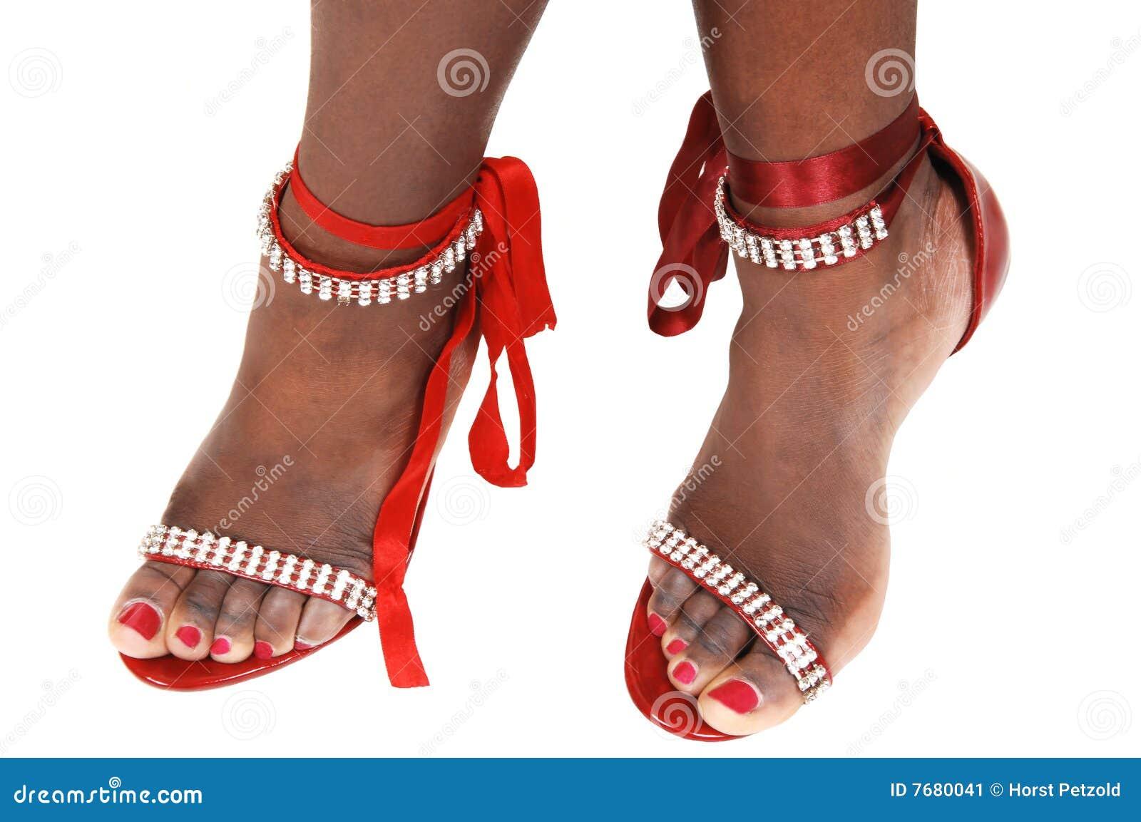 Pies con sandalias bonitas de la manera