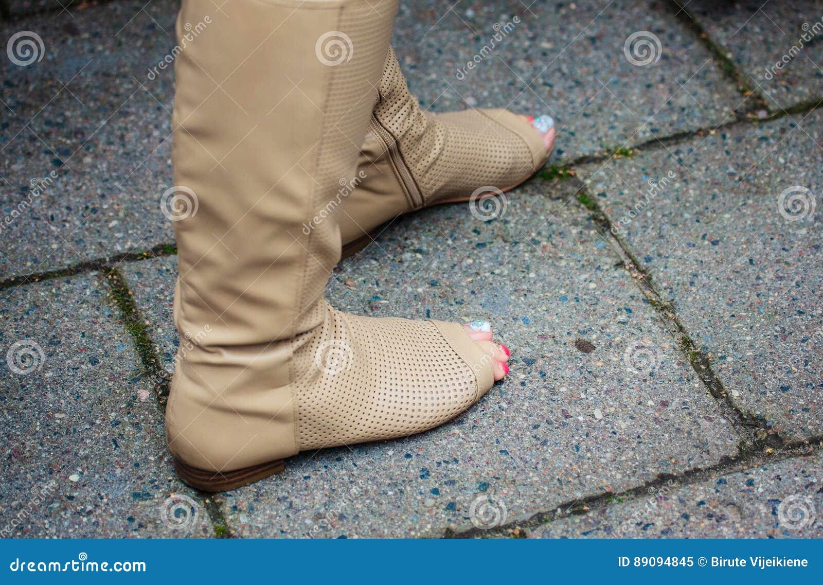 562cd0530 Pies De La Mujer Con Las Botas De Moda Modernas Y Pedicura Hermosa ...