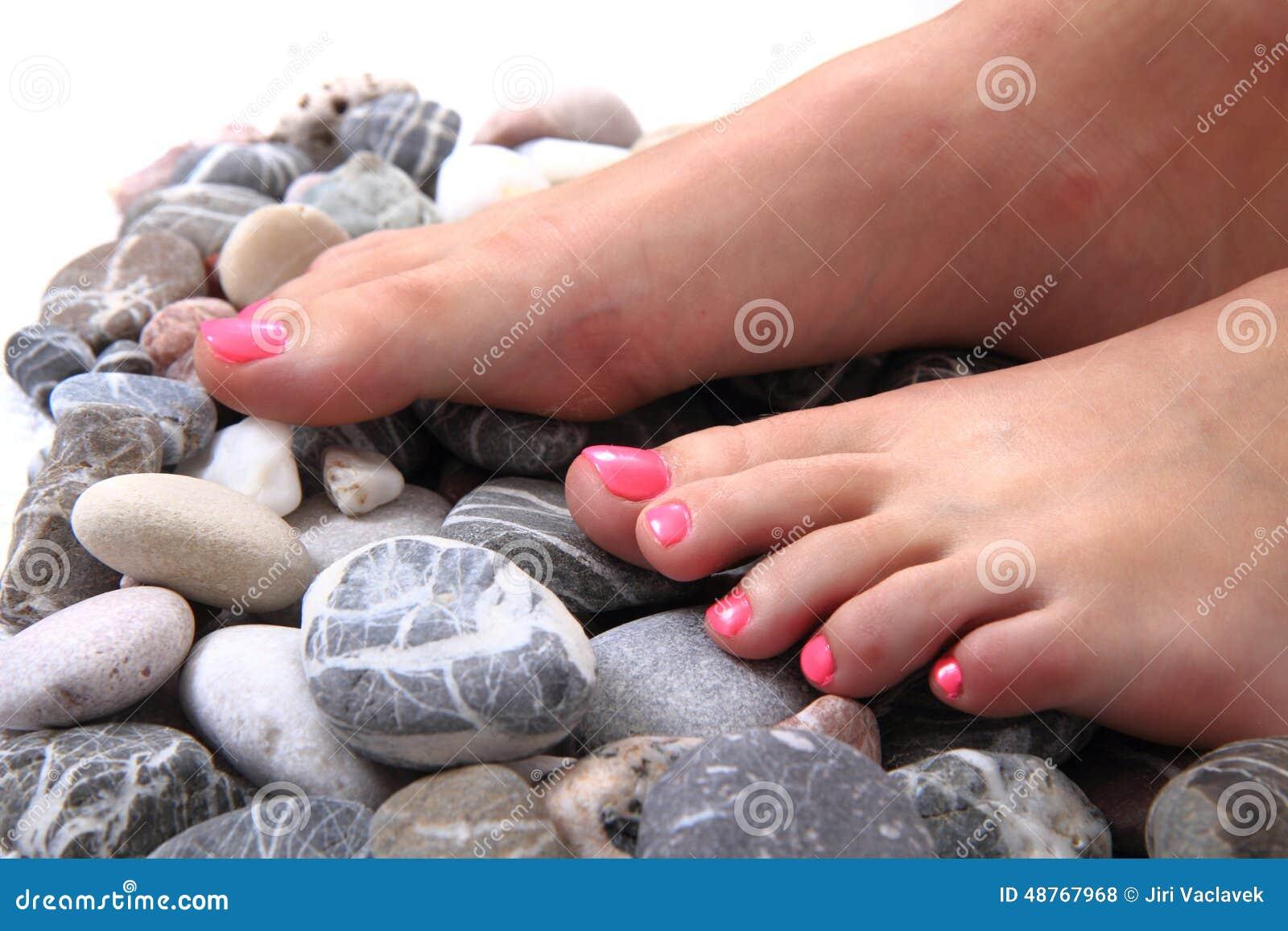 Pies De La Mujer Pedicura Con Las Piedras Foto De Archivo