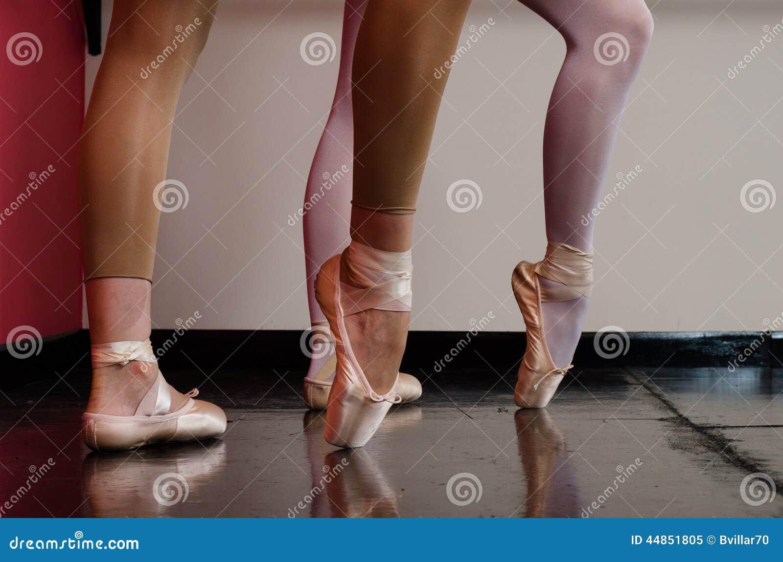 Pies de los bailarines de ballet