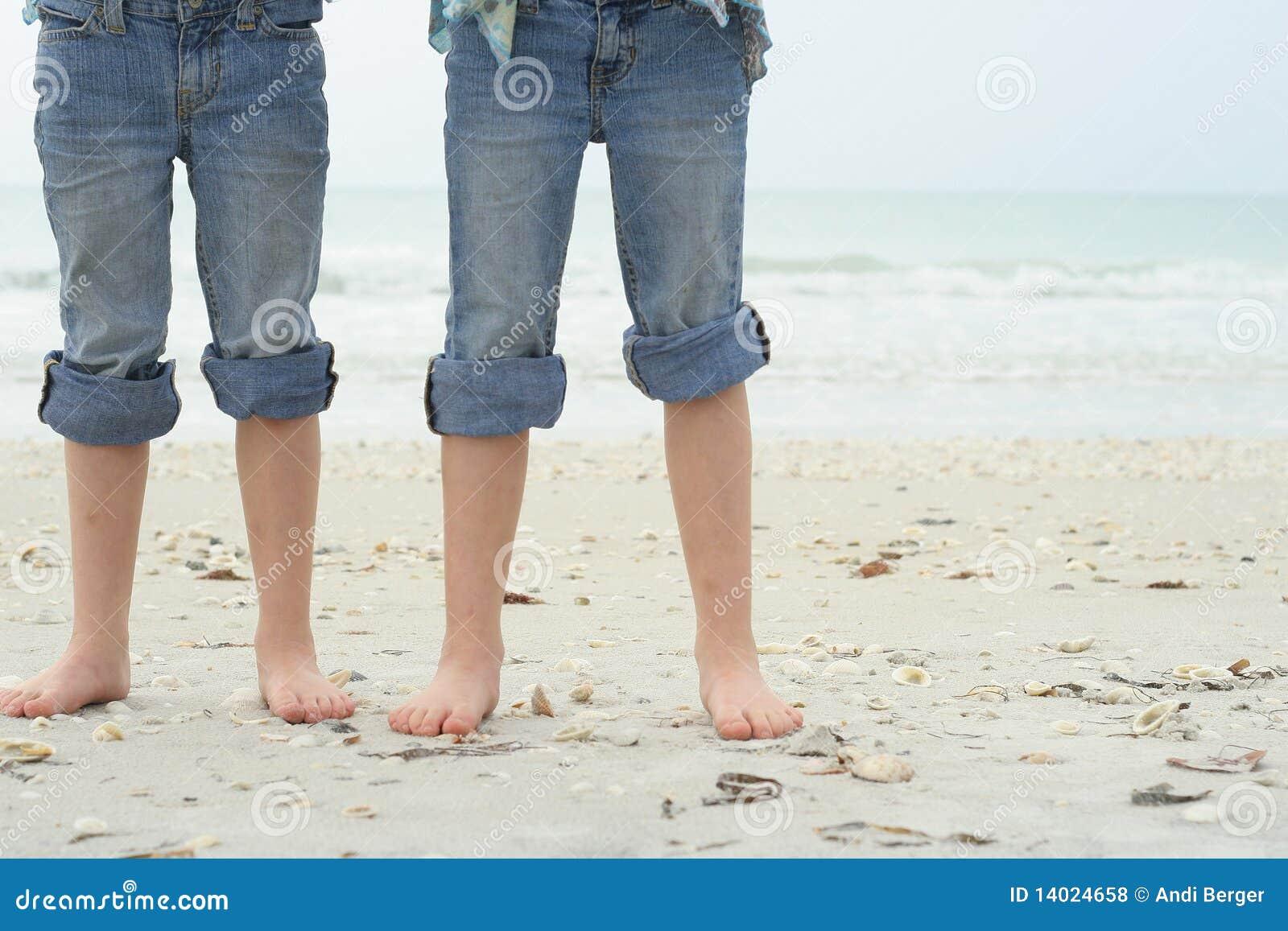 Pies de los niños en la playa