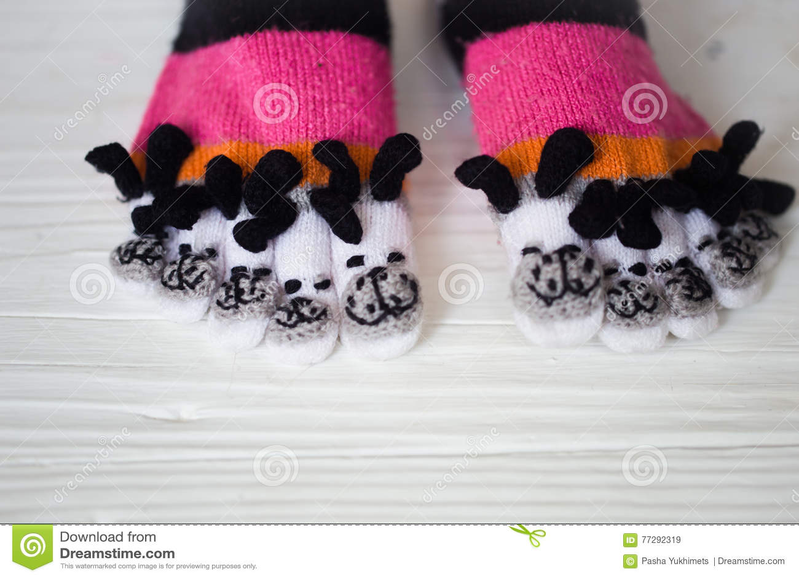Pies Del Bebé En Calcetines Multicolores Calientes, Largos Con Los ...