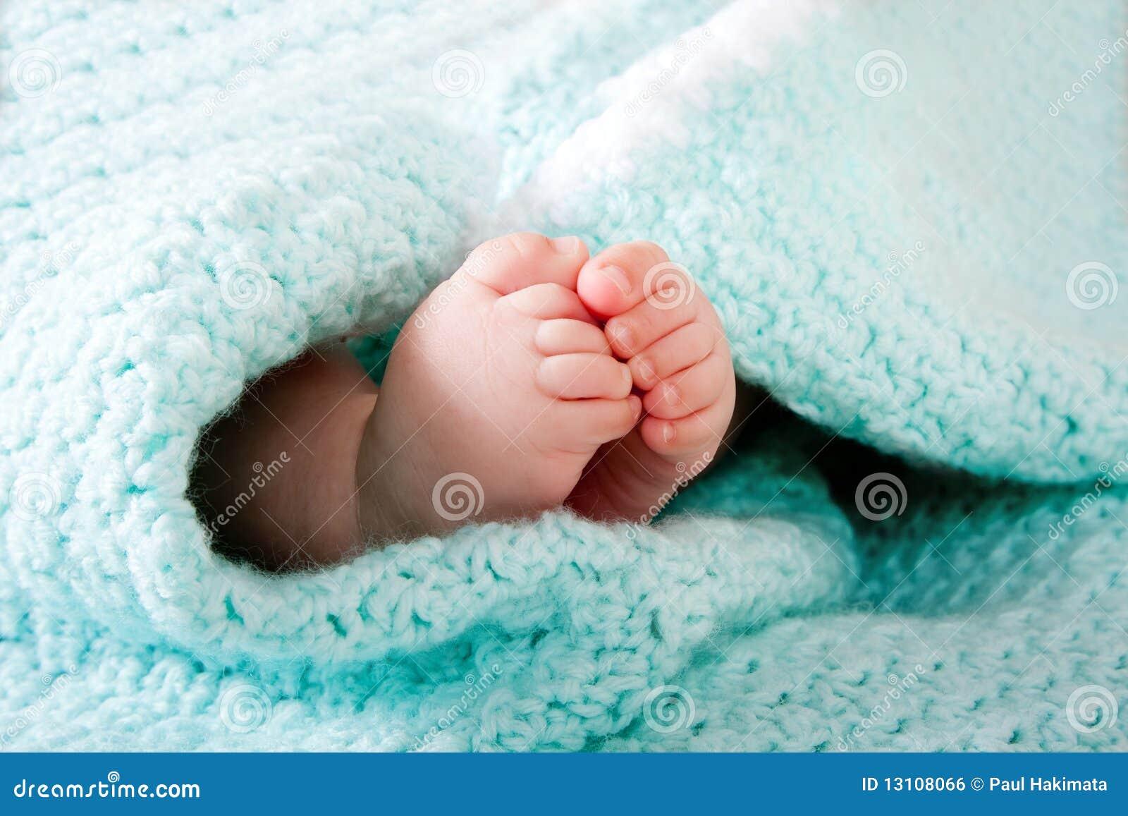 Pies del bebé en manta