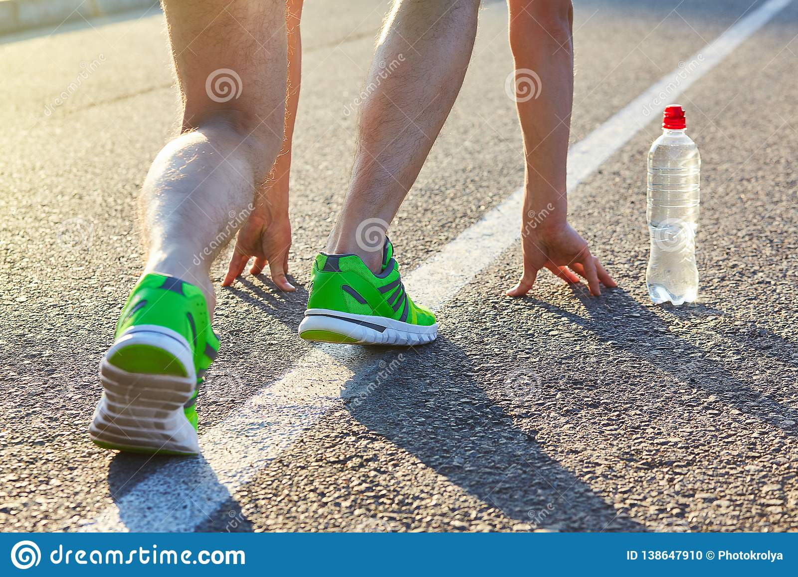 Pies del hombre del corredor que corren en el primer del camino en el zapato
