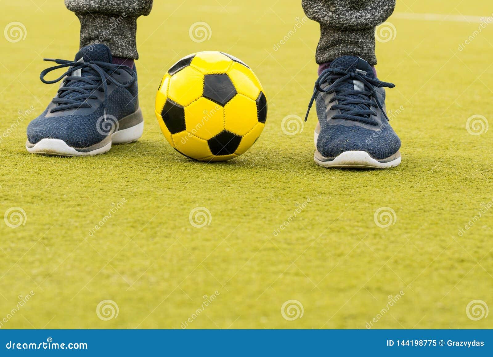 Pies del jugador con una bola