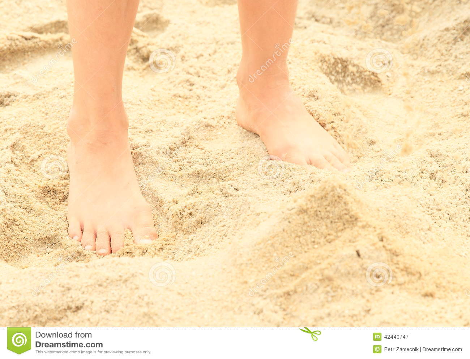 Pies descubiertos en la arena