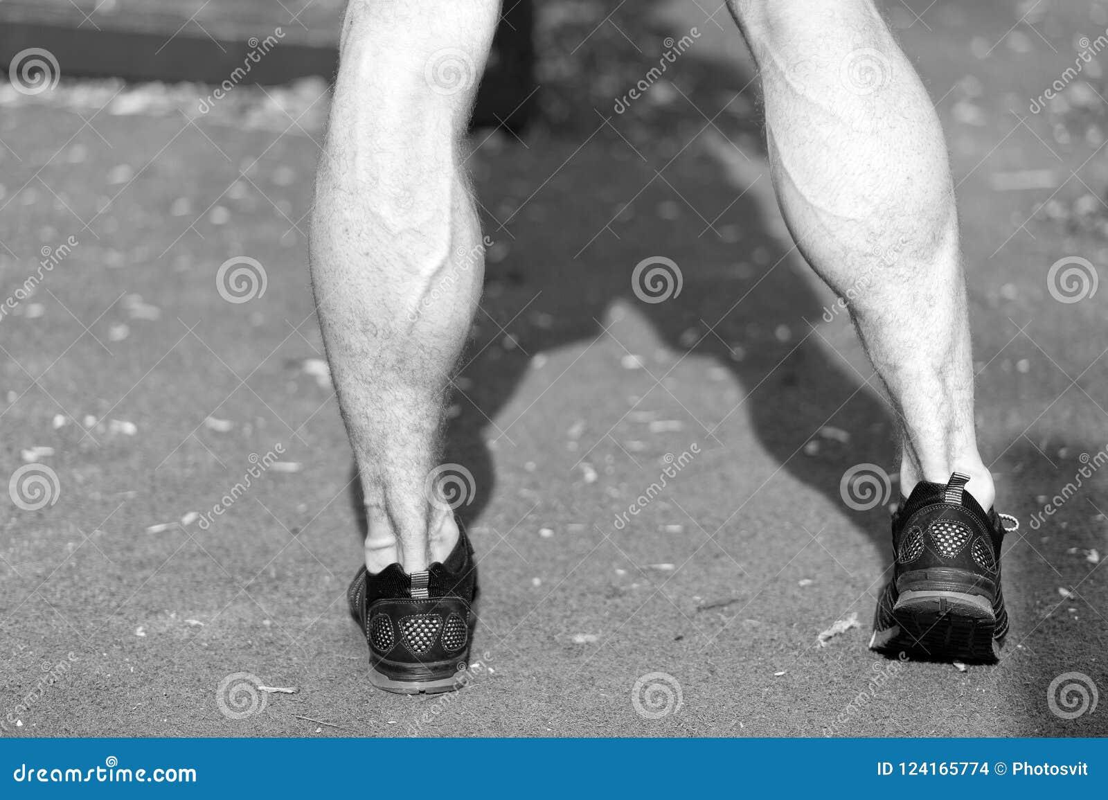 Pies En Zapatos Negros De La Moda Del Deporte En Hierba Verde ...