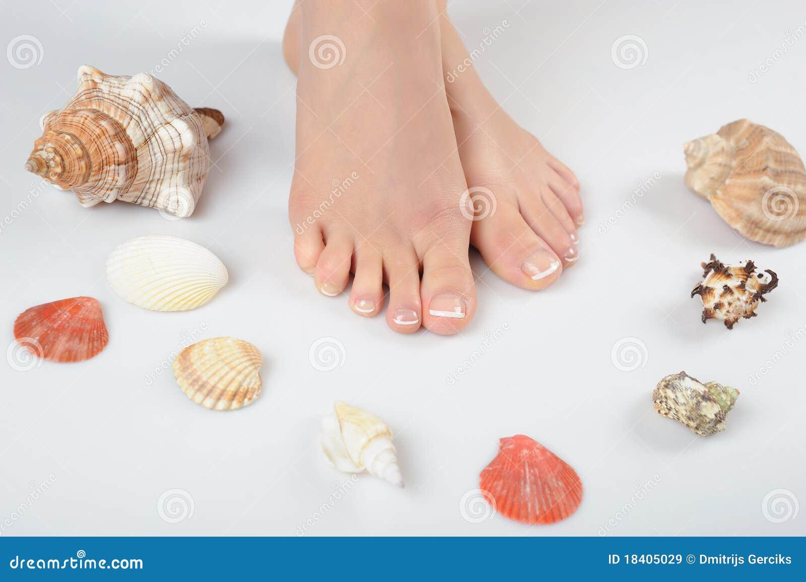 Pies hermosos con pedicure francés perfecto del balneario