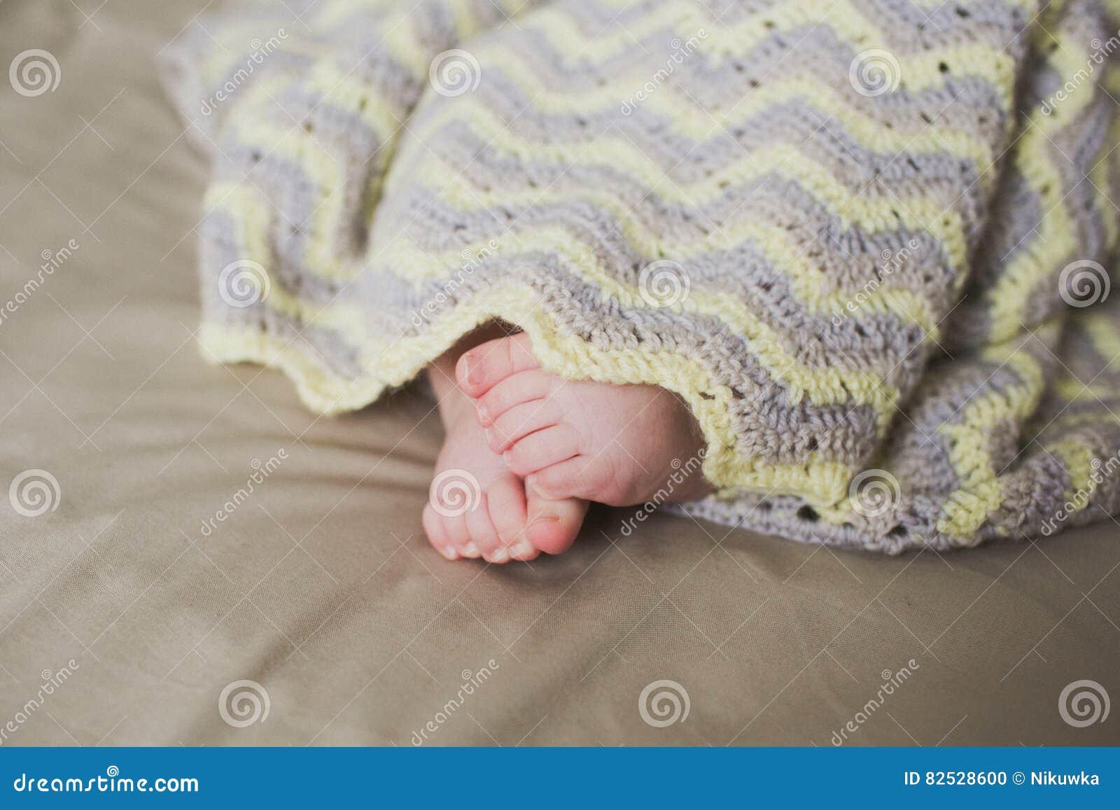 Pies recién nacidos adorables del bebé
