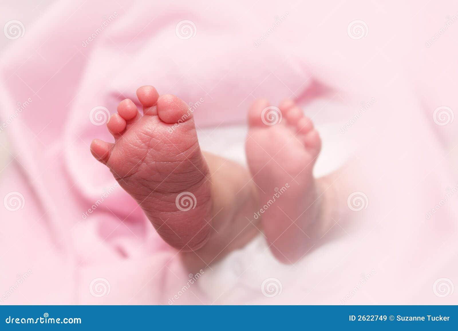 Pies recién nacidos del bebé