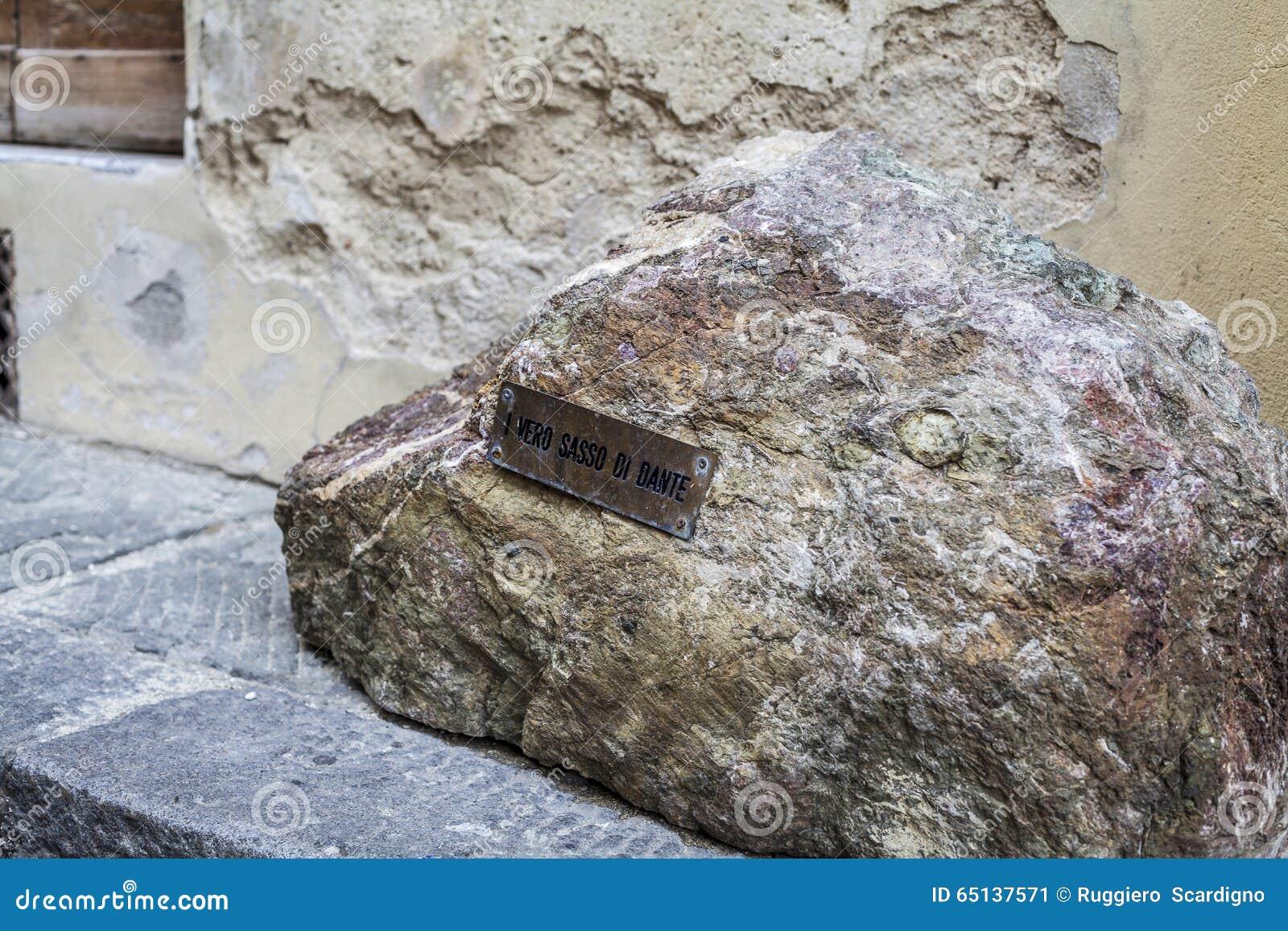 Pietra di Dante Alighieri a Firenze vicino al duomo