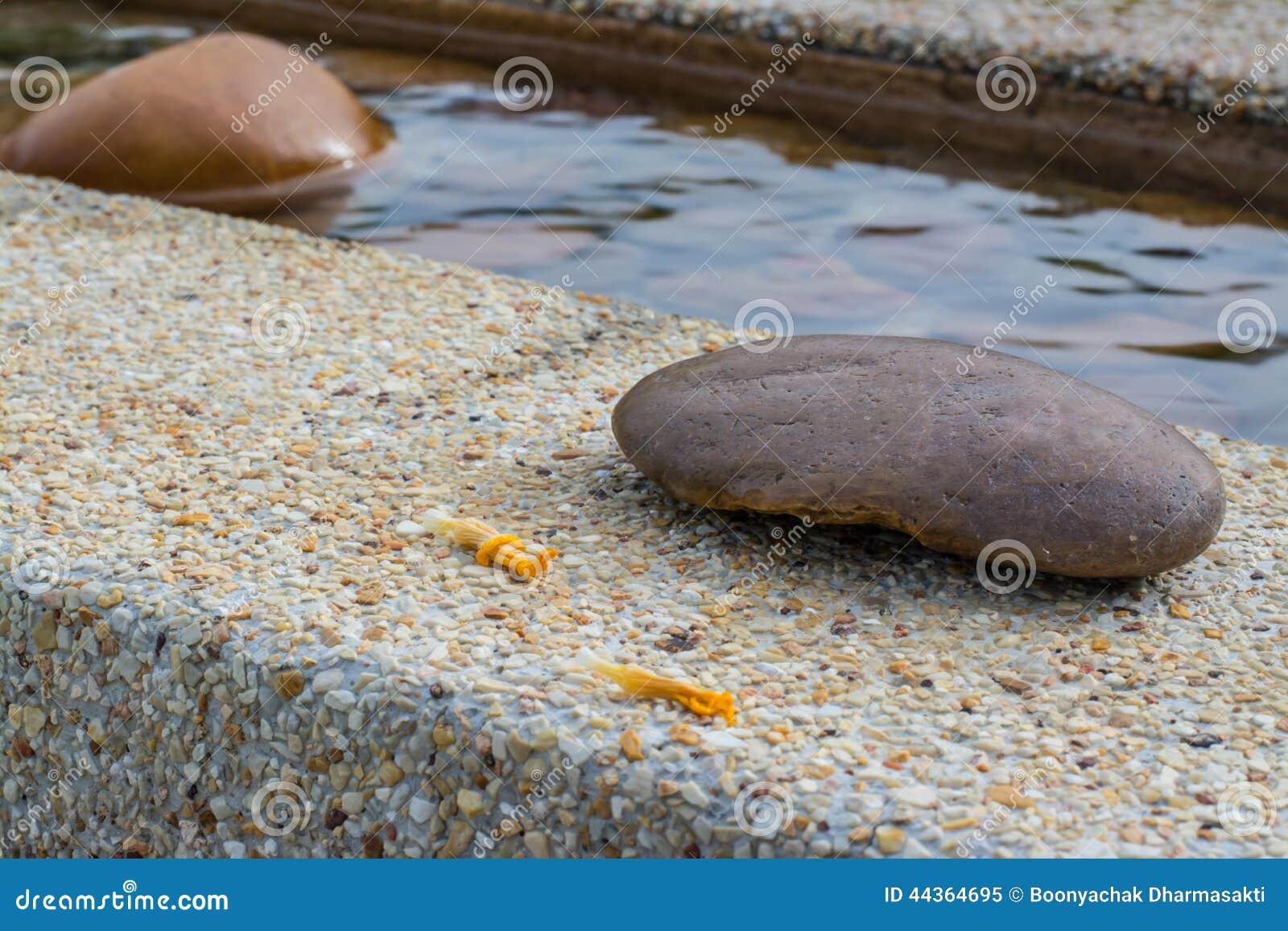 Pietra sul bordo della piscina