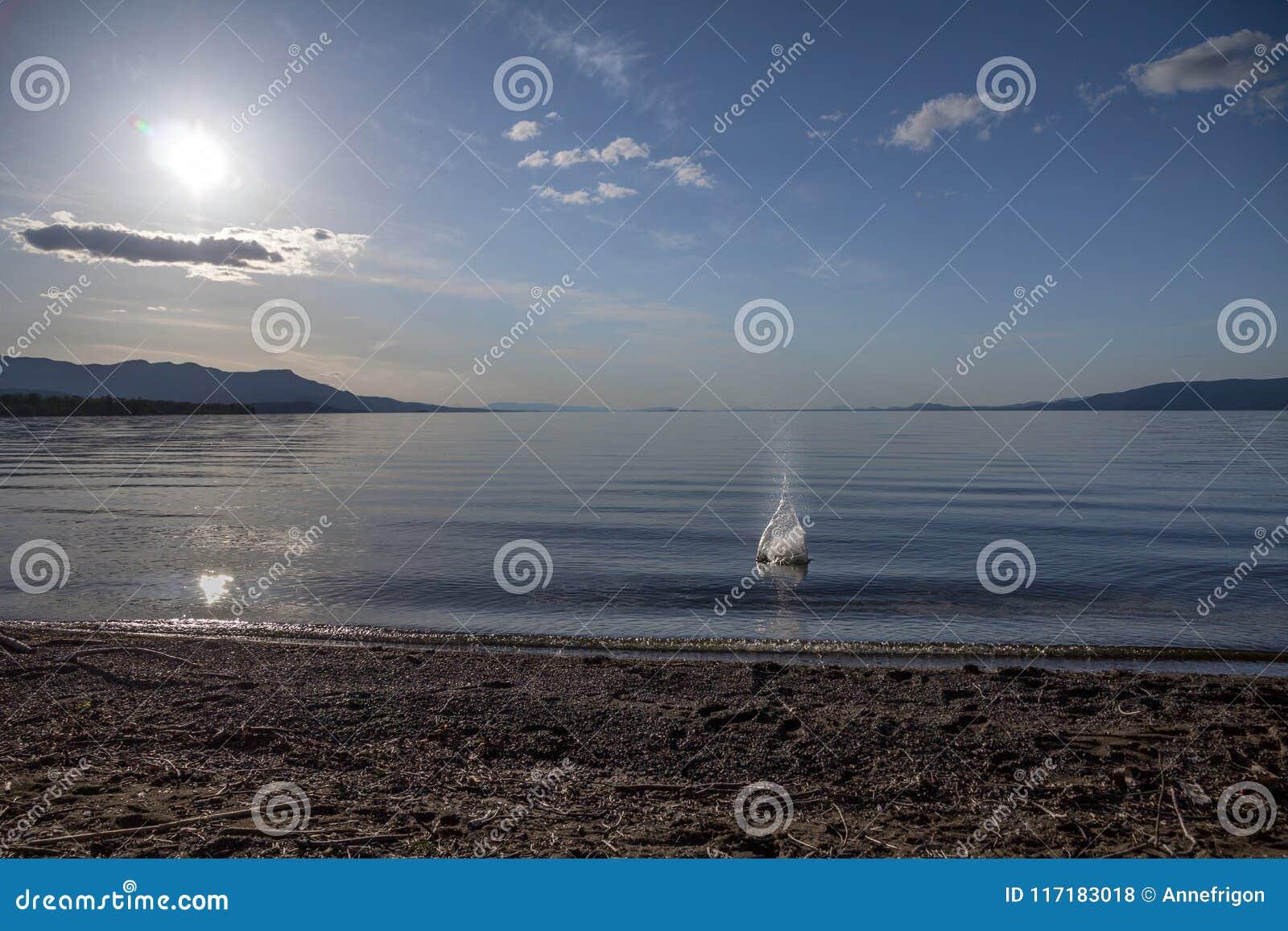 Pietre di lancio in Stuart Lake calmo, St James forte, BC