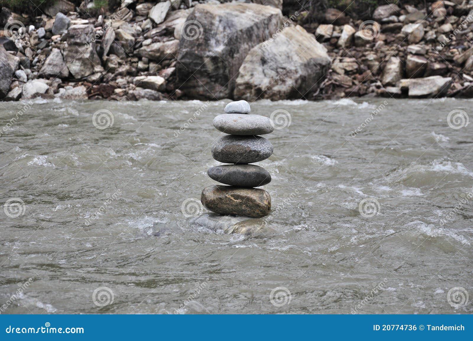 Pietre di zen in fiume fotografia stock immagine di for Pietre di fiume