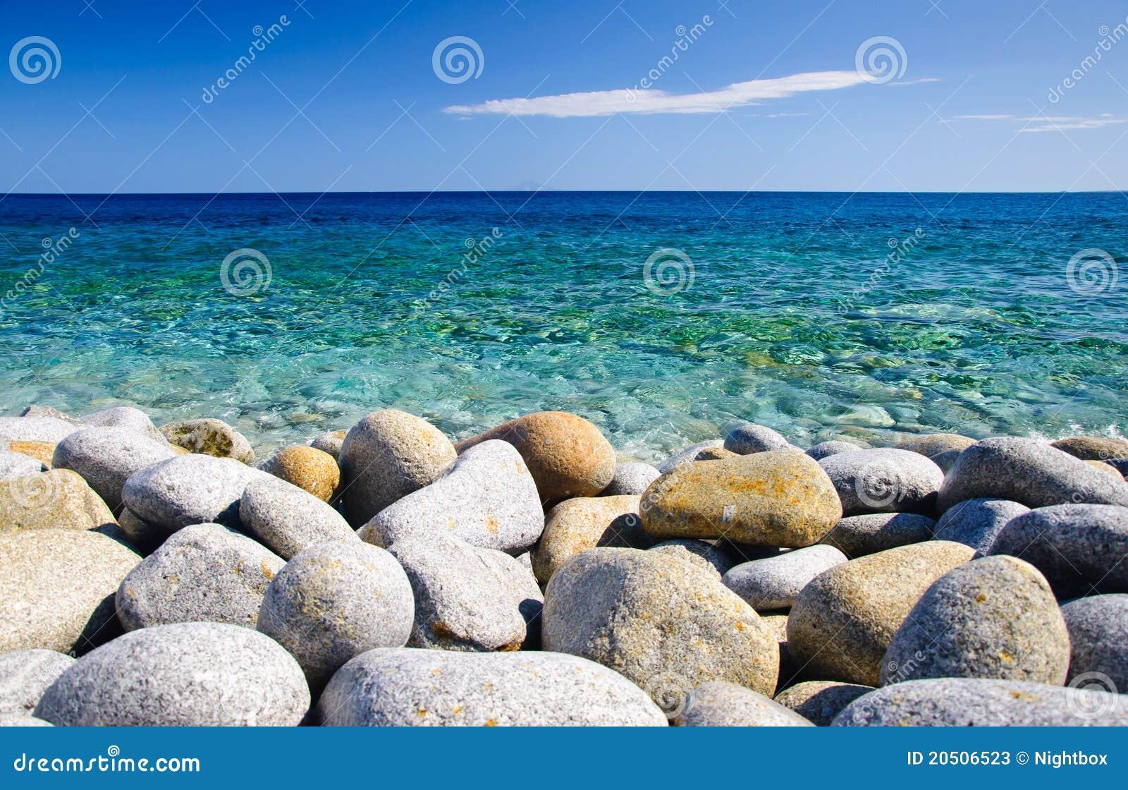 Pietre rotonde e mare libero