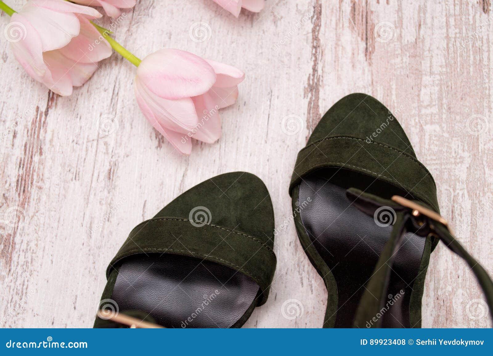 Rosados Zapatos Pieza MaderaTulipanes Un De Los Verdes Fondo En IEeDH2YW9