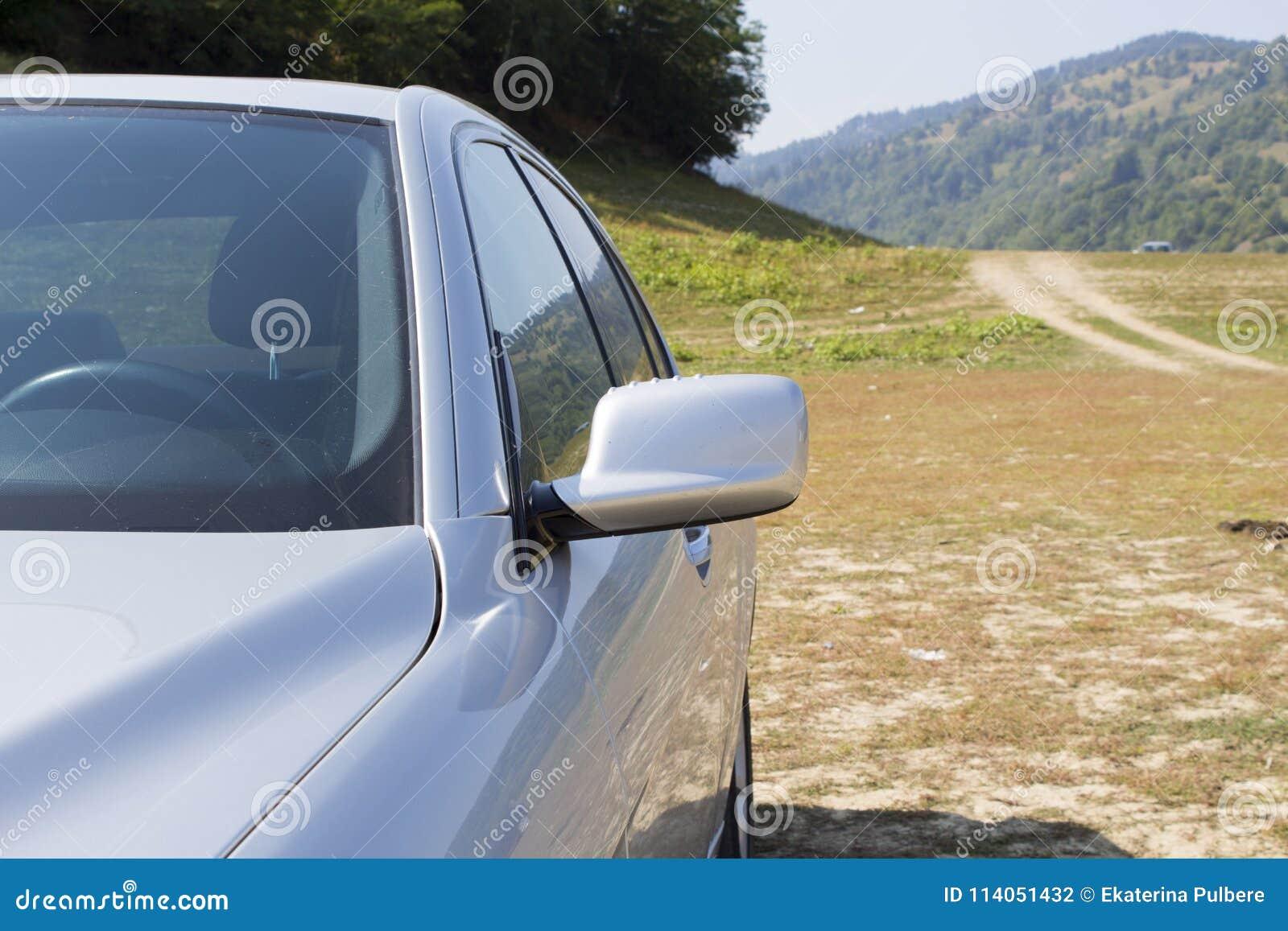 Pieza izquierda del coche de deportes moderno de plata