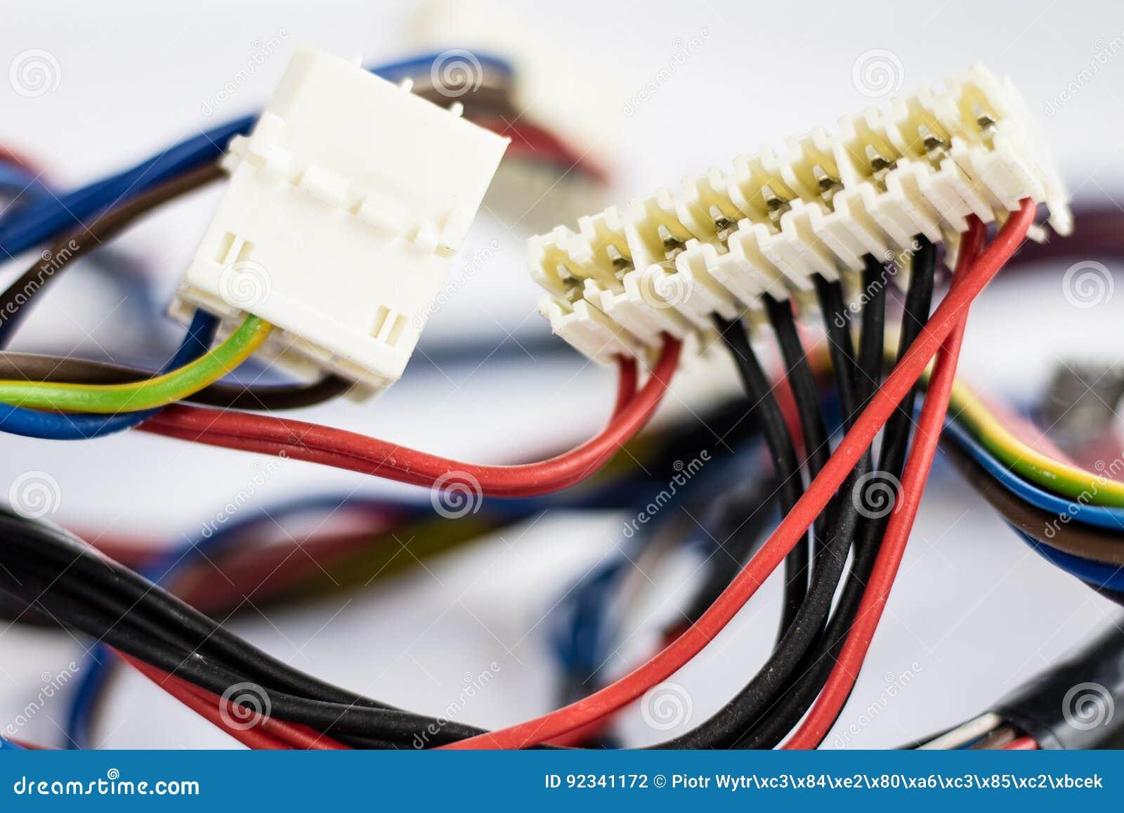 Piezas de los alambres y de los empalmes eléctricos viejas en el fondo blanco