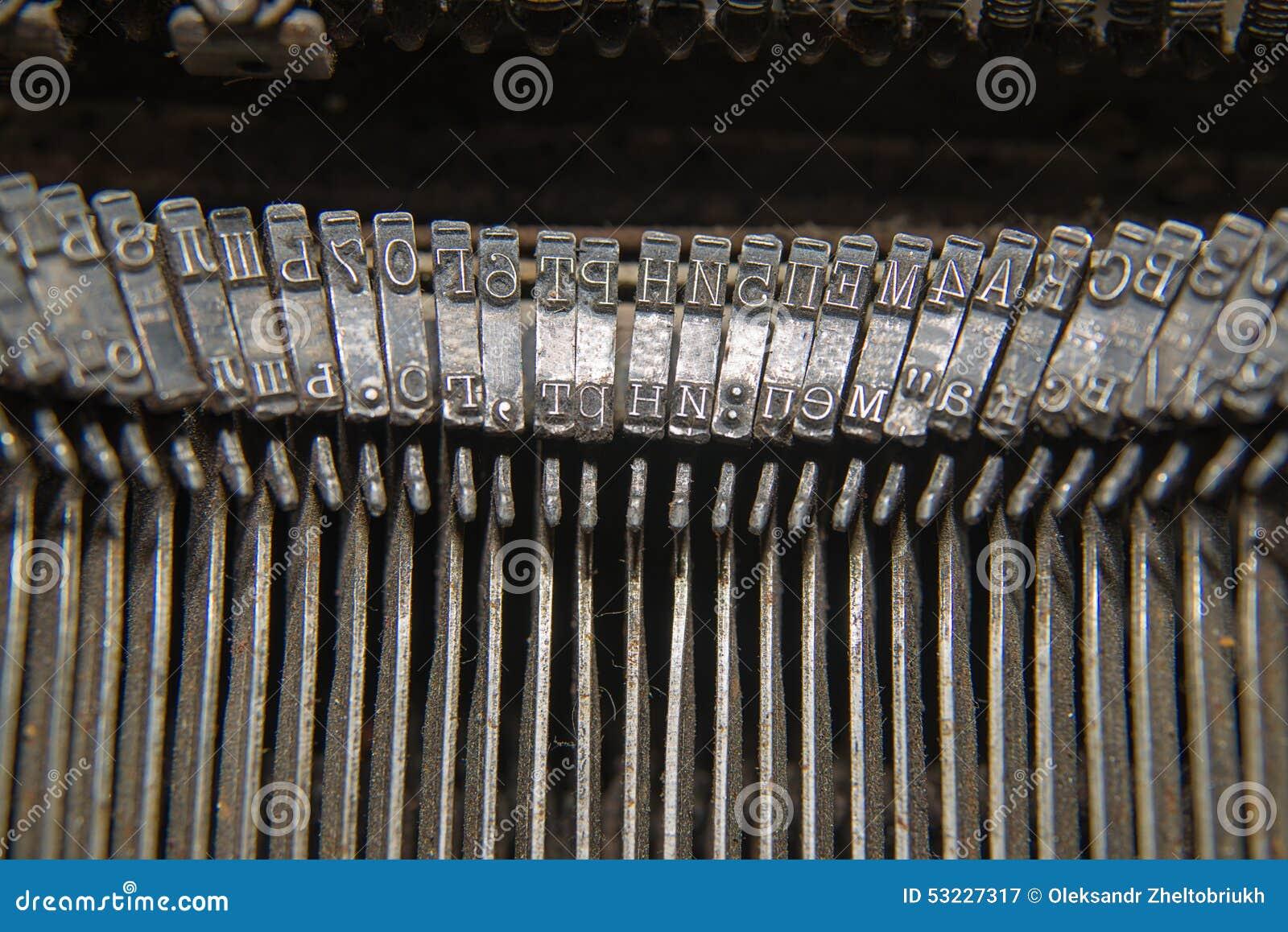Piezas de metal para imprimir en una máquina de escribir vieja