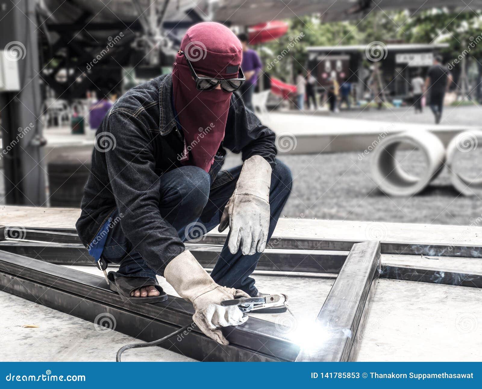 Piezas de soldadura del trabajador de construcción del stell