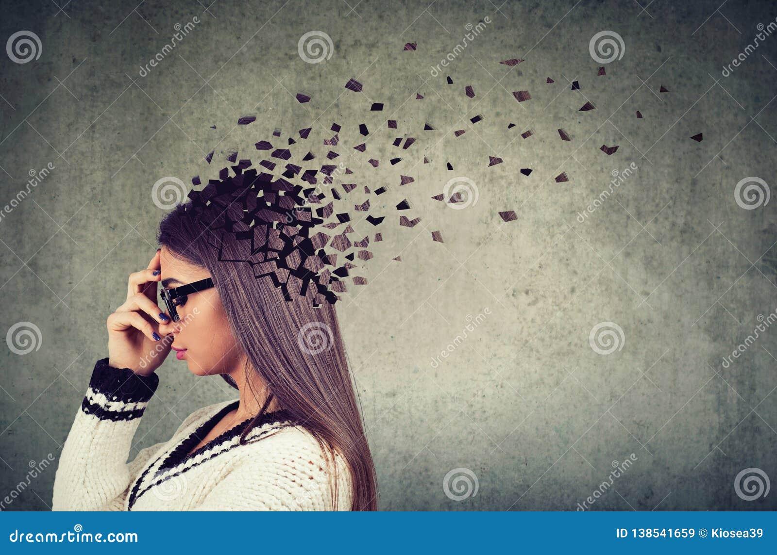 Piezas perdidosas de la mujer de la cabeza como símbolo de la función disminuida de la mente