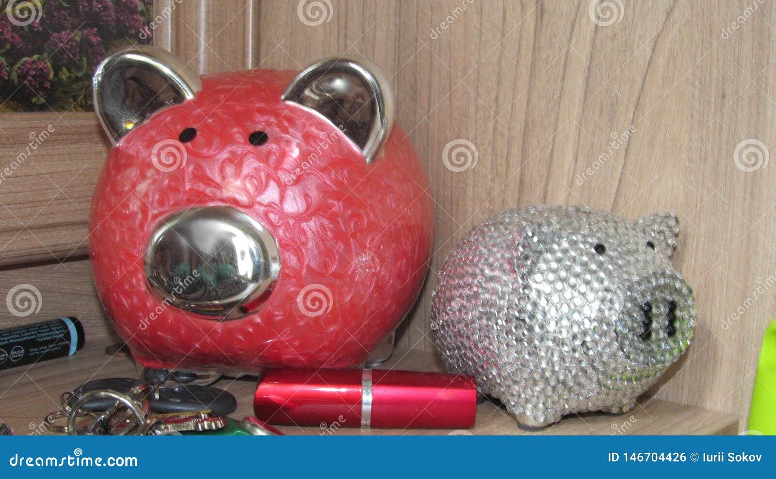 Piggy τράπεζα, κλειδιά και κραγιόν