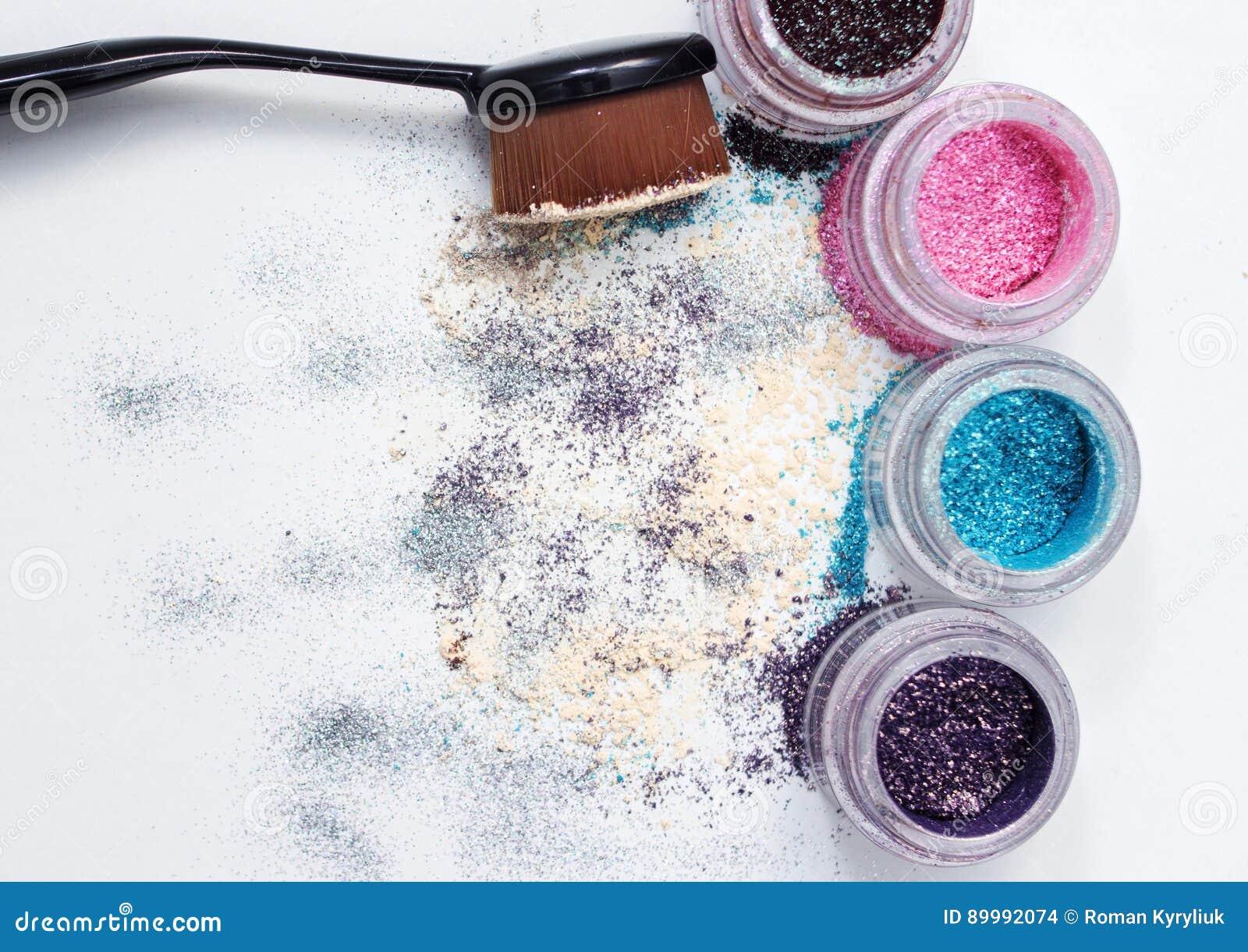 Pigmentos y cepillo hermosos del maquillaje