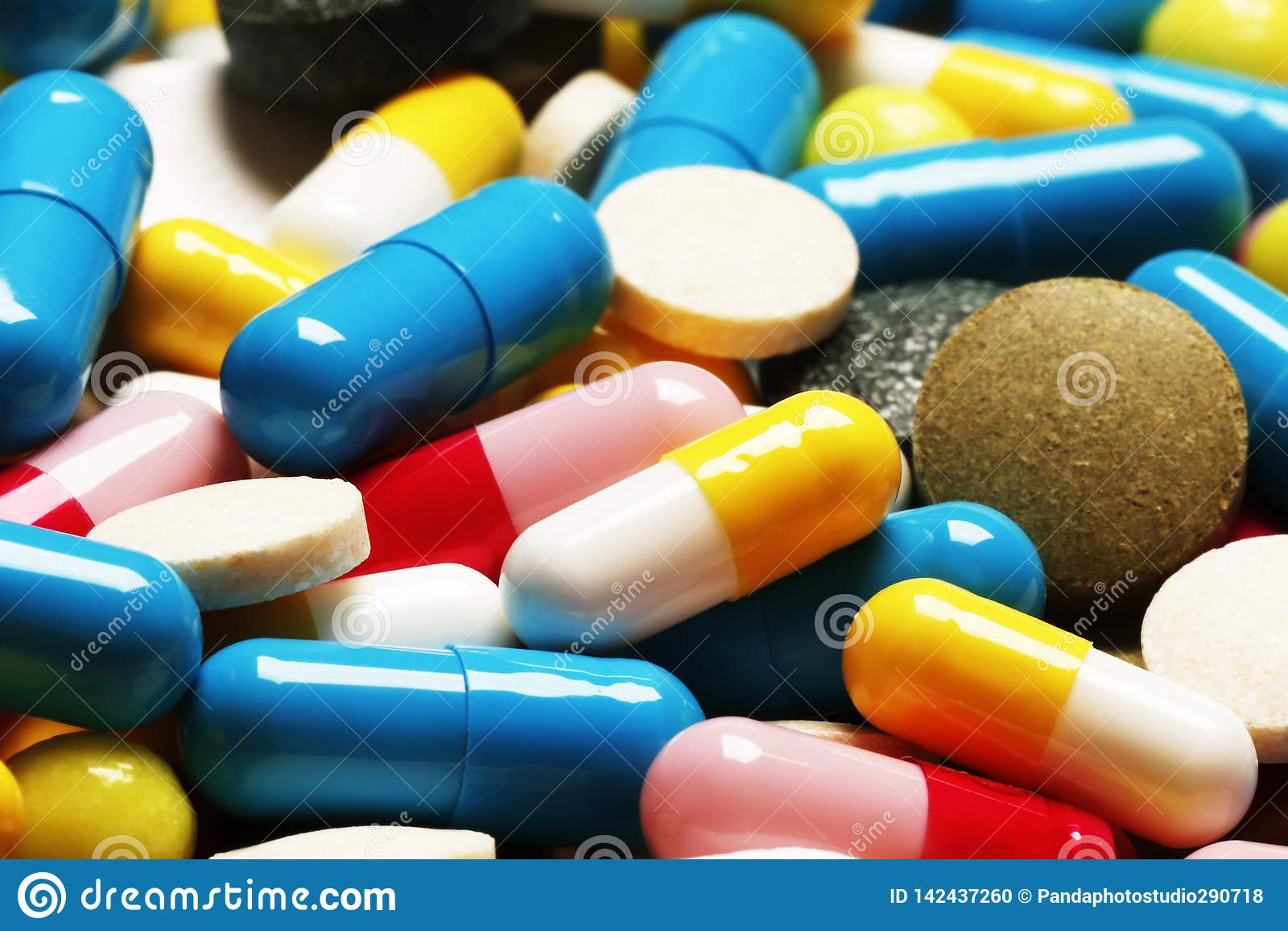 Pigułki jako tło Witaminy i antybiotyki