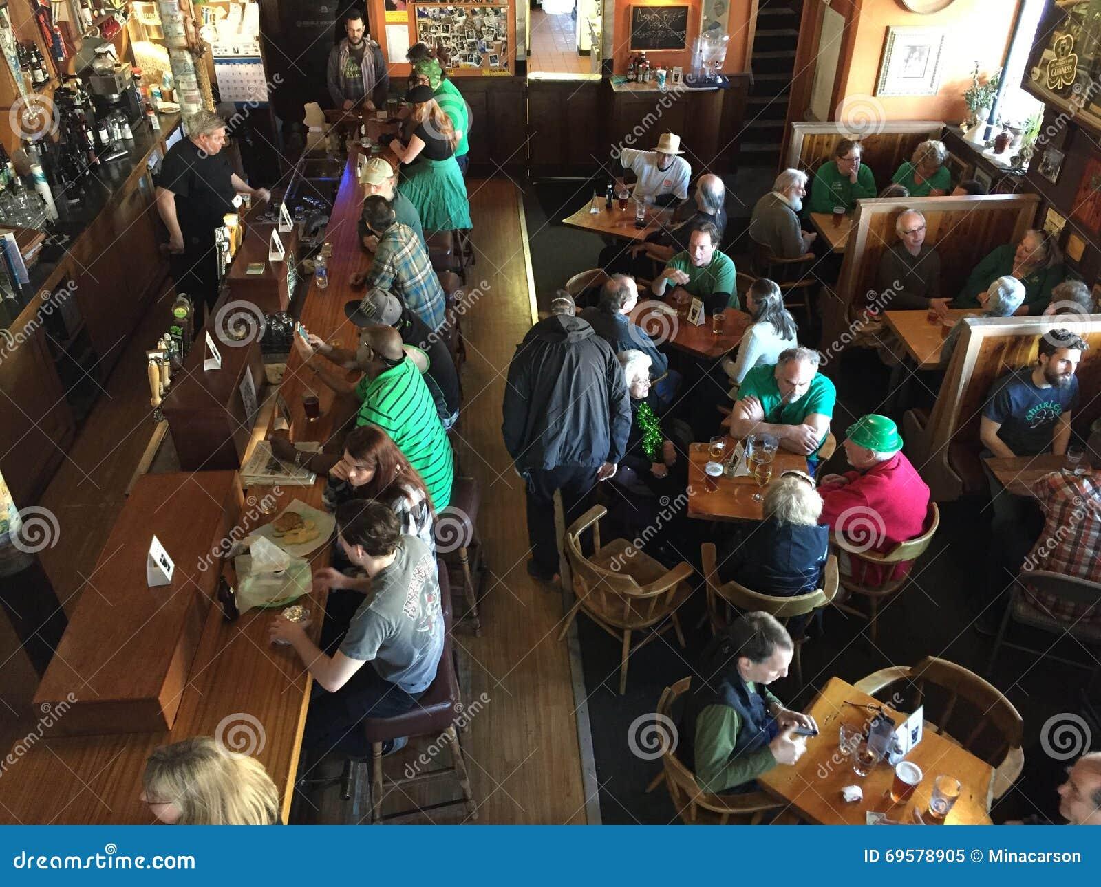 Pijący i goście restauracji przy Oregon barem na świętego Patrick dniu