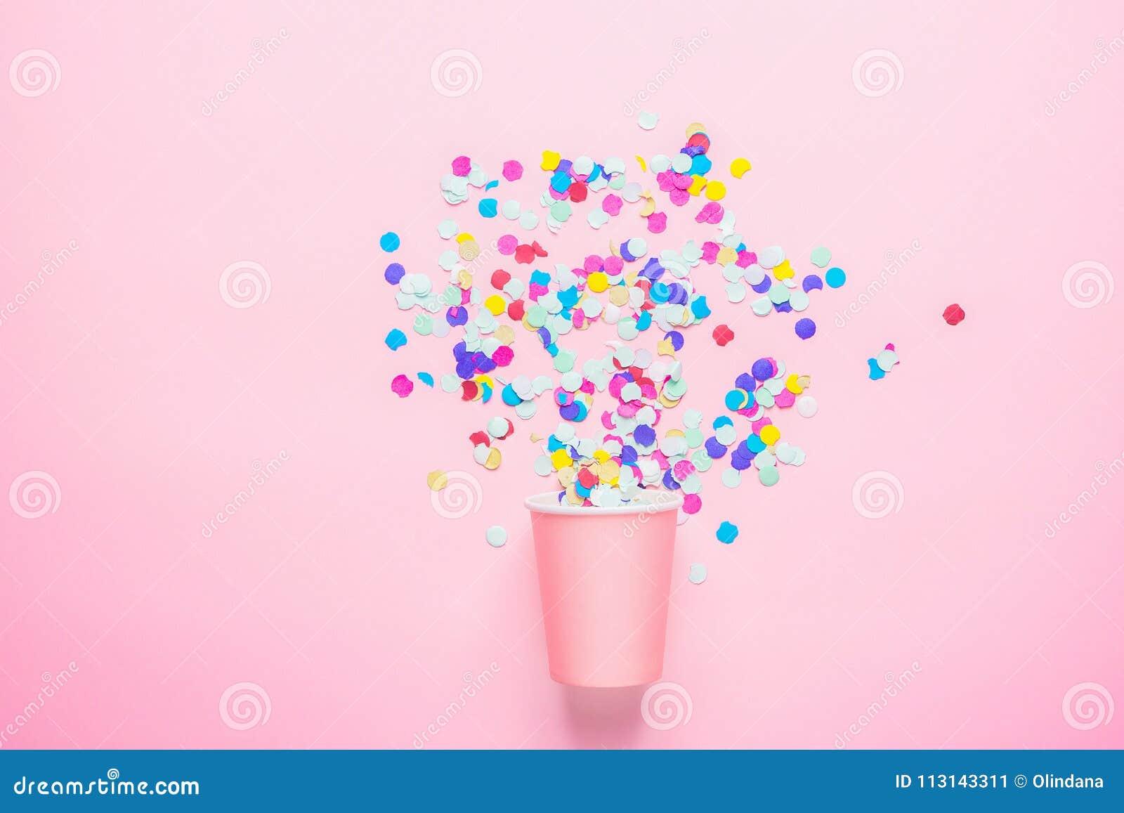 Pijący Papierową filiżankę z Stubarwnymi confetti Rozpraszającymi na fuksi tle Mieszkanie nieatutowy skład urodzinowego torta świ