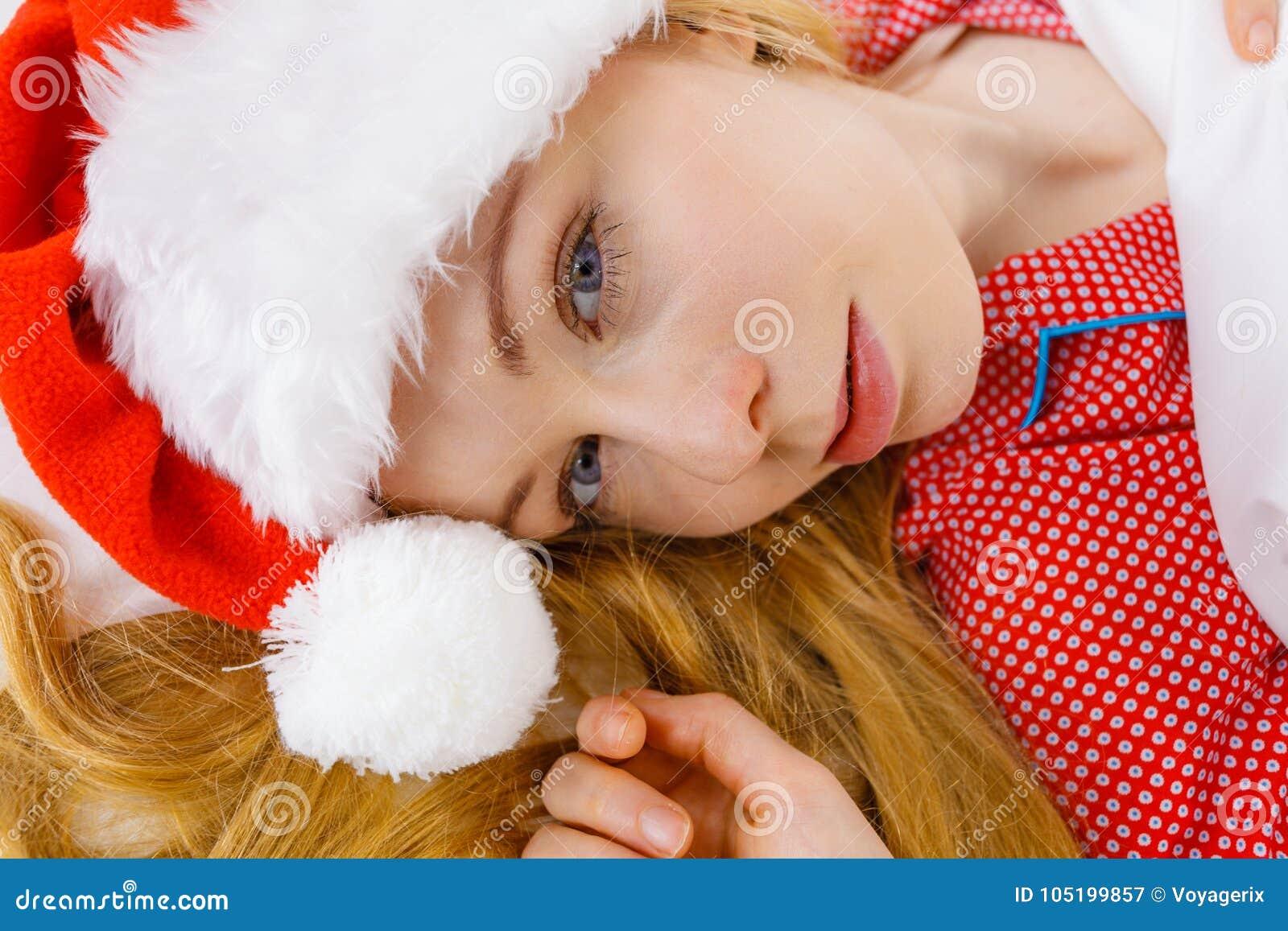 Pijamas De La Mujer Feliz Y Sombrero De Santa Claus Que Llevan ... 4d8a458351f