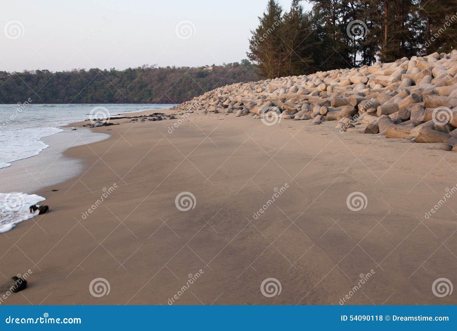 Pijler op de kust
