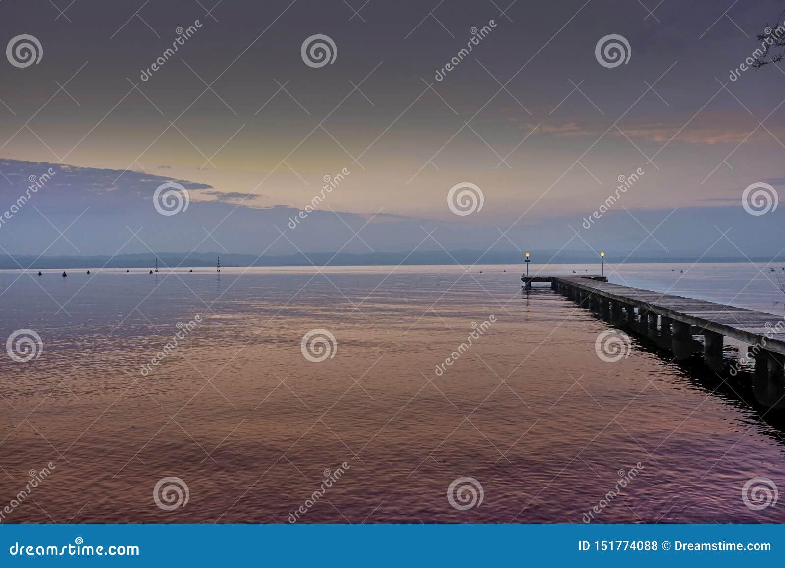 Pijler op Garda-meer, roze zonreeks