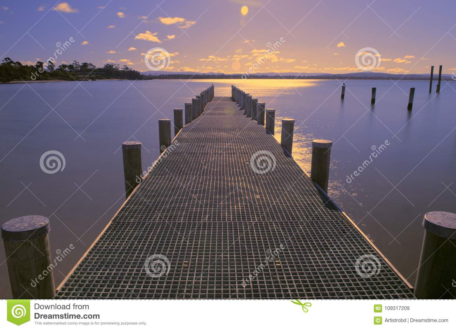 Pijler op het water in de stad van Swansea, Tasmanige