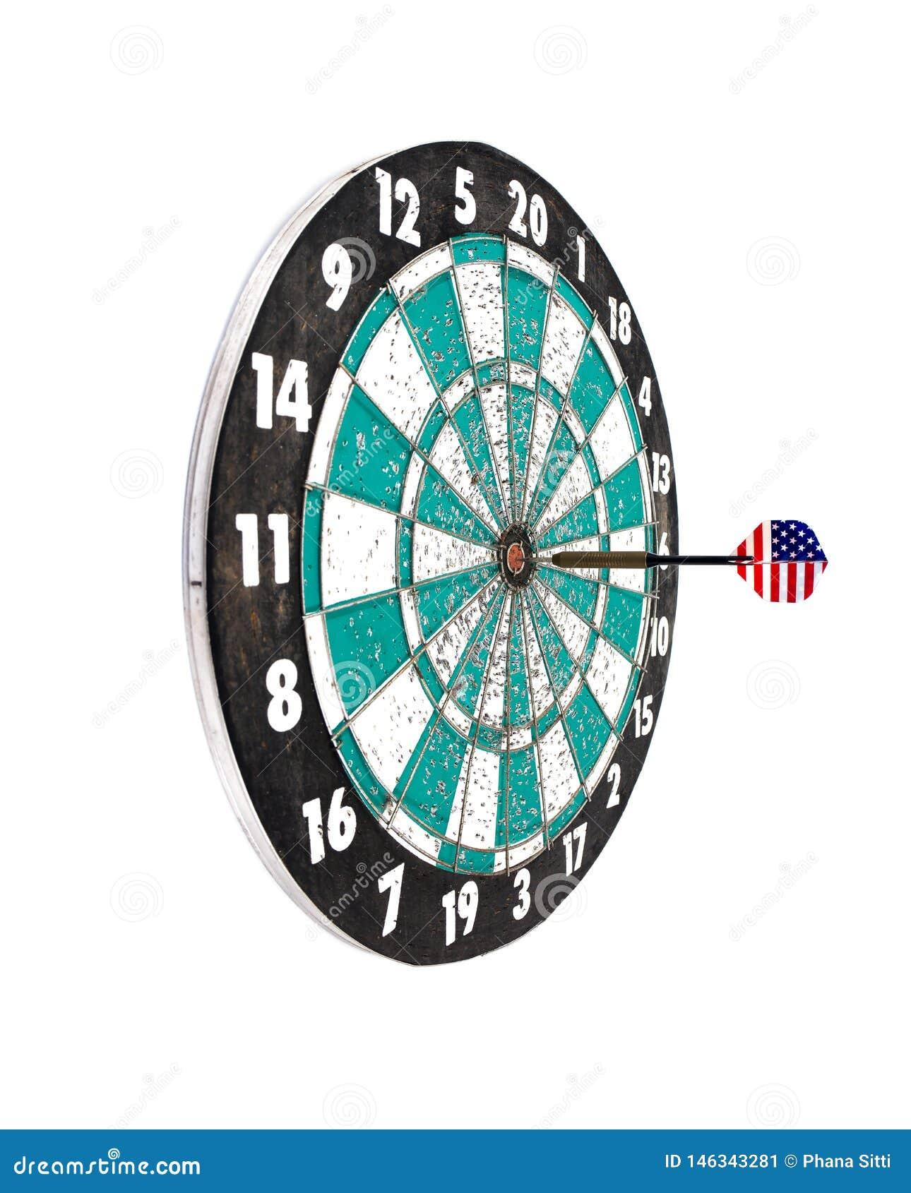 Pijltjepijl die een dartboarddoel raakt dat op witte achtergrond wordt geïsoleerd