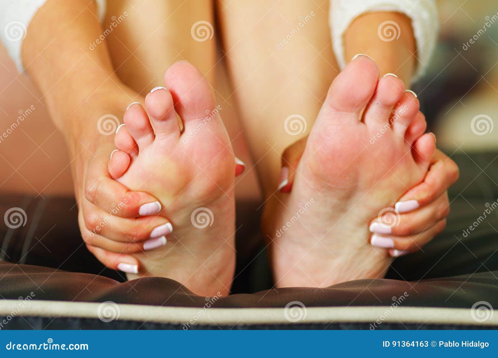 Pijn in de voet, automassage van beide vrouwelijke voeten