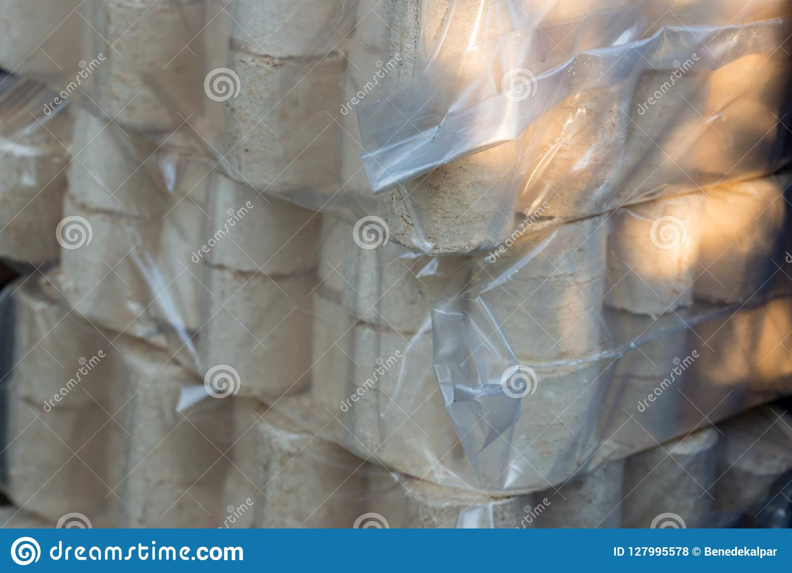 Pijnboom en beukehoutbriket in plastic zakken voor het koude seizoen
