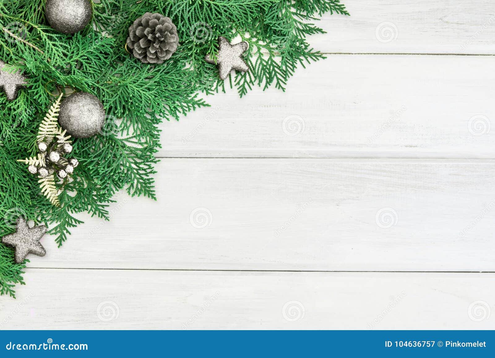 Download Pijnboomblad Met Zilveren Ster En Kerstmisbaldecoratie Op Een Wh Stock Afbeelding - Afbeelding bestaande uit feestelijk, takken: 104636757